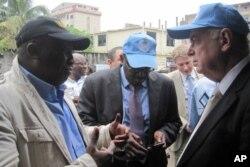 Le vice-président de la CENI, Jacques Djoli, en conversation avec le représentant spécial de l'ONU à Kinshasa, Roger Meece (28 novembre 2011)