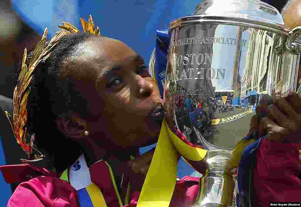Mkenya Rita Jeptoo akibusu Kombe aloshinda katika mbiyo za Marathon za Boston