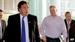 cựu Thống đốc bang New Mexico Bill Richardson và Tổng Giám đốc Google Eric Schmidt tại một khách sạn ở Bắc Kinh, ngày 7/1/2013.