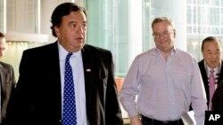 Bill Richardson (kiri) dan Direktur Eksekutif Google Eric Schmidt tiba di Pyongyang hari Senin (7/1) untuk misi kemanusiaan pribadi.
