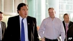 谷歌的執行董事長施密特(右二)和前新墨西哥州州長理查森(左)星期一在北京的一家酒店