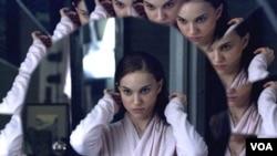 FIlm 'Black Swan' menunjukkan pergulatan diri Nina (Natalie Portman), yang memperoleh peran ganda dalam sebuah pertunjukan.