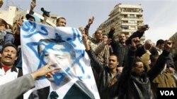 Puluhan ribu demonstran di Lapangan Tahrir, Kairo membawa poster dan meneriakkan slogan-slogan anti-Mubarak, Jumat (4 Februari 2011).