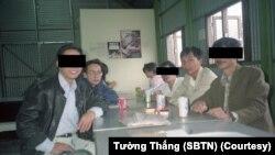 Cuộc gặp gỡ của ông Tường Thắng (áo xanh) và ông Nguyễn Văn Thuyết tại trại cấm Whitehead, Hồng Kông năm 1990