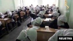 ایک افغان اسکول کی طالبات تعلیم حاصل کرتے ہوئے