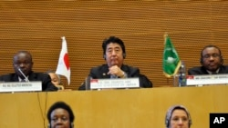 日本首相安倍(中)出訪非洲資料照。
