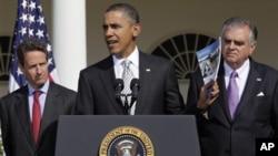 奥巴马谈基础设施,左为财政部长,右为交通部长