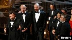 """Sutradara dan produser Ben Affleck (kiri) serta tim film """"Argo"""" termasuk aktor/produser George Clooney (kanan), menerima penghargaan film terbaik. (Foto: AP)"""