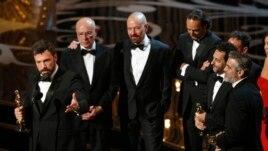 Ben Affleck (G) et les deux autres producteurs d'Argo, Grant Heslov et George Clooney (D) lors des Oscars 2013