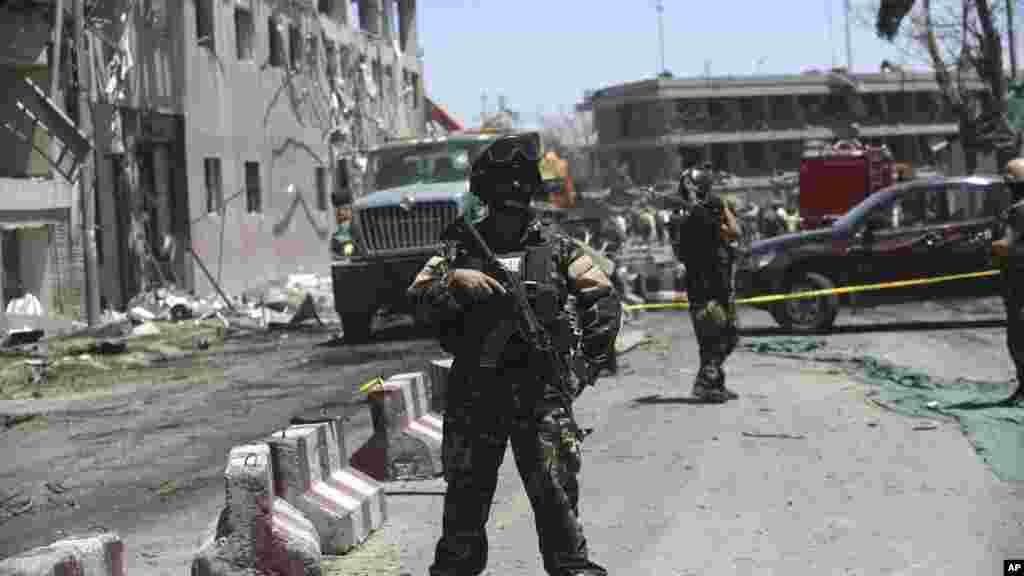 Des soldats afghans patrouillent après l'attaque, à Kaboul, le 31 mai 2017.