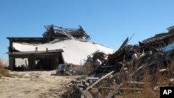 Los escombros de lo que fue una casa frente al mar, destruida por la supertormenta Sandy, todavía eran visibles en Mantoloking Nueva Jersey casi un año después del huracán.