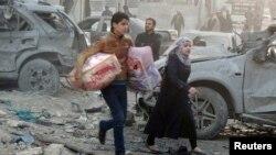 29일 시리아 알레포에서 주민들이 정부의 공습을 피해 달아나고 있다. (자료사진)