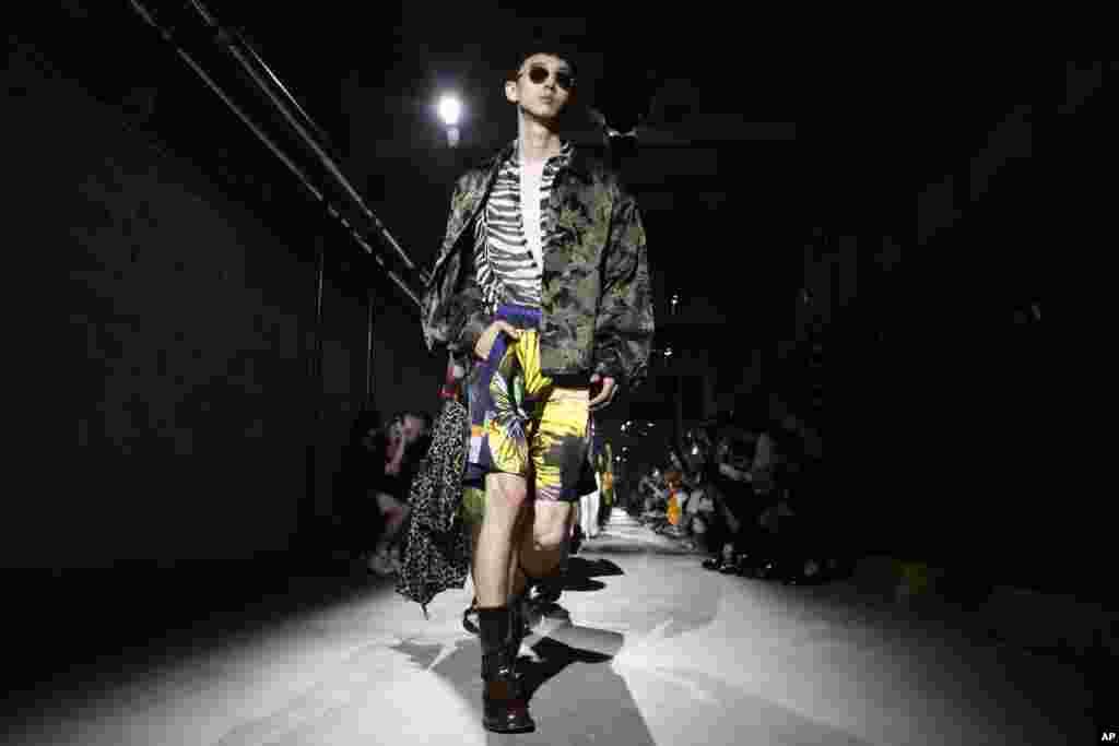 نمایش مد لباسهای مردانه برای بهار و تابستان ۲۰۲۰ در پاریس. این ماکن لباس های طراحی شده توسط «دریس ون نوتن»طراح بلژیکی را به تن دارد.