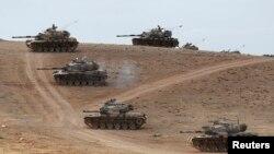 Türkiyə tankları Suriya ilə sərhəd Şanlıurfa bölgəsinin Suruc qəsəbəsində Kobane şəhərinə baxan təpəlikdə mövqe tuturlar. 29 sentyabr, 2014.