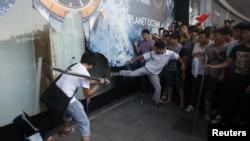 Người biểu tình Trung Quốc đập phá cửa kính các cửa hàng của Nhật tại tỉnh Quảng Ðông