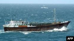 Một chiếc thuyền buồm có động cơ (dhow) chạy trong Ấn độ dương