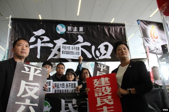 香港泛民议员支持胡志伟议员提案(2019年4月3日 美国之音记者申华拍摄)