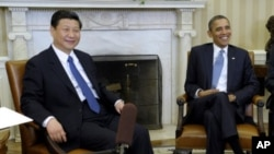 Le président américain Barack Obama, à droite, reçoit son homologue chinois, Xi Jinping au bureau ovale de la Maison blanche, Washington DC, 14 février 2012