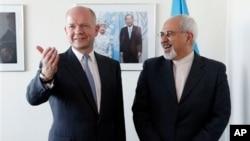 Menlu Inggris William Hague (kiri) bertemu dengan Menlu Iran Mohammad Javad Zarif di markasa PBB di New York, Senin (23/9).