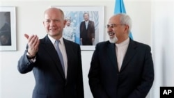 British Foreign Minister William Hague (l) meets with Iran's Foreign Minister Mohammad Javid Zarif at the United Nations, Sept. 23, 2013.