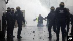 Polisi anti huru-hara bentrok dengan para demonstran 'Rompi Kuning' di Champs-Elysees, Paris.