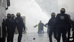 Las autoridades movilizaron a unos 5.000 agentes en París para tratar de contener las protestas.