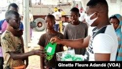 Des masques ont été distribués dans les rues de Cotonou, Bénin, le 1er juillet 2020. (VOA/Ginette Fleure Adandé)