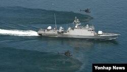 지난 24일 한국 서해상에서 한국 해군 지덕칠함(PKG)과 미 육군 카이오와 헬기(OH-58) 2대가 미한연합해상기동훈련을 하고 있다.
