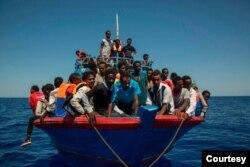 لیبیا کے ساحل کے قریب سمندر میں پھنسے ہوئے تارکین وطن کو امدادی گروپ ایس او ایس واپس ساحل پر لا رہا ہے۔ فائل فوٹو