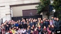 馮正虎(前右一)与部分市民第36次在上海市人大集体請愿