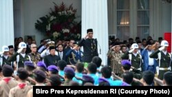 Presiden Jokowi menjadi Inspektur Upacara Peringatan Hari Lahir Pancasila ke 72, yang diselenggarakan di Halaman Gedung Pancasila Kementerian Luar Negeri RI, Jakarta, 1 Juni 2017 (Foto: VOA/Andylala)