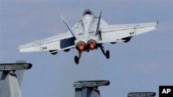 美国海军F/A-18战机在美日联合军演中从乔治华盛顿号上起飞