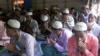 রোহিঙ্গা শিবিরের মসজিদে ঈদের নামাজের পর মোনাজাতরত মুসল্লিরা