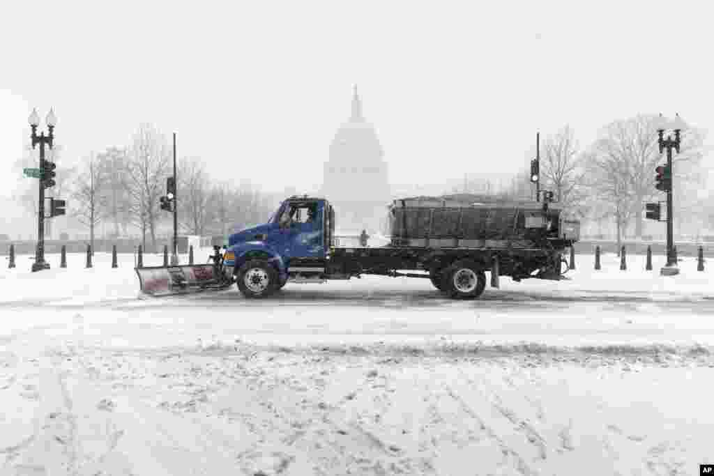 Xe ủi tuyết phía trước điện Capitol tại thủ đô Washington, ngày 2/3/2014.