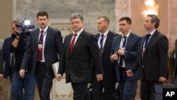 페트로 포로셴코 대통령 우크라이나 대통령(왼쪽 두번째)이 26일 벨라루스 민스크에서 블라디미르 푸틴 러시아 대통령과 회담을 마진 후 회의장을 떠나고 있다.