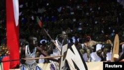 Wacheza ngoma mbali mbali wakisheherekea kwa ngoma miaka mitatu ya uhuru wa Sudan Kusini huko Juba, July 9, 2014.