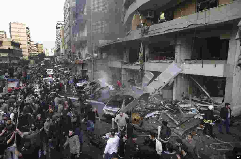 İnsanlar bombanın partladığı yerə toplaşıb - Beyrut, 2 yanvar, 2014
