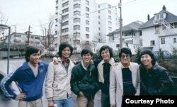 Nhà văn Nguyễn Ngọc Ngạn, anh Vũ Mạnh Hải, thứ hai và ba từ phải, cùng ba bạn sinh viên Berkeley, bên trái, mùa đông 1980 ở Vancouver (ảnh Bùi Văn Phú)