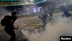 Imágenes de Reuters muestran lo que describieron como gases lacrimógenos disparados sin apenas advertir a los manifestantes en Hong Kong, el miércoles 14 de agosto de 2019.