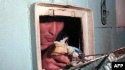 Kırgız Hükümlüler Koşulları Protesto İçin Ağızlarını Dikti