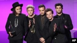 Harry Styles (izquierda), Niall Horan, Liam Payne, Louis Tomlinson and Zayn Malik del grupo británico One Direction aceptan el premio a la mejor banda pop-rock de los American Music Awards.
