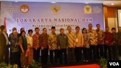 Wakil Presiden Jusuf Kalla berfoto bersama dengan para ketua dan anggota Komnas HAM dan LPSK dalam Lokakarya Nasional HAM Peringatan hari HAM sedunia di Jakarta, 10 Desember 2014 (Foto:VOA/Andylala)