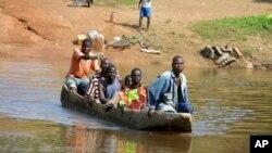 Des réfugiés ivoiriens traversent la rivière Cestos dans la ville frontalière libérienne de Butuo, en Côte d'Ivoire, le 19 novembre 2004.