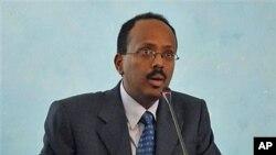 Somali Prime Minister Mohamed Abdullahi Mohamed addresses officials after his swearing in ceremony at the Presidential residence in Mogadishu, Somalia, November 1, 2010