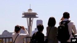 Turistas observan la Space Needle en Seattle, Washington.