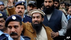 Zaki-ur-Rehman Lakhvi, nghi can chính của vụ tấn công Mumbai năm 2008, sau 1 phiên toà ở Islamabad, Pakistan, 1/1/2015.