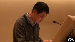 """徐友漁在新學院""""對學術自由的持續威脅""""研討會上發言(2016年11月,美國之音方冰拍攝)"""