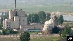 지난 2008년 6월 27일 북한이 비핵화 의지를 과시하기 위해 영변 핵시설의 냉각탑을 폭파했다.