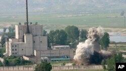북한은 지난 2008년 6월 비핵화 의지를 과시하기 위해 영변 핵시설의 냉각탑을 폭파했다.