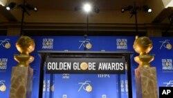 Dos estuatillas del Globo de Oro resgardan el podio para las nominaciones al premio anunciadas el 11 de diciembre de 2017. Los Angeles, California.